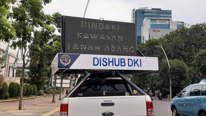 Layar televisi milik Dinas Perhubungan DKI Jakarta mengimbau pengendara menghindari kawasan Pasar Tanah Abang, Jakarta Pusat, Senin (3/5/2021).