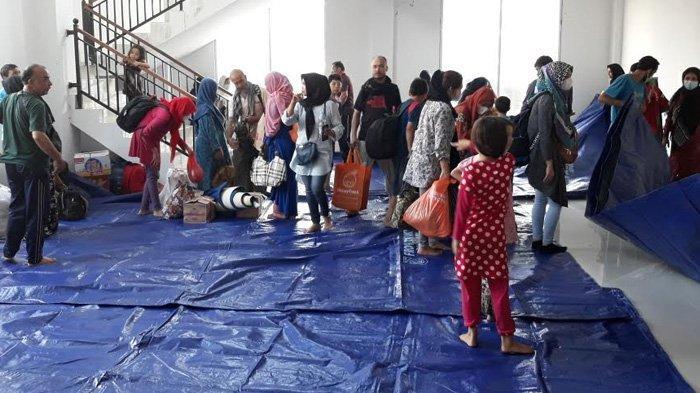 Puluhan Imigran Asal Timur Tengah yang Mengemer di Kebon Sirih Tiba di Gedung Eks Kodim di Kalideres