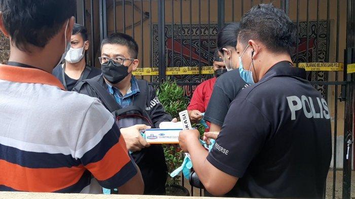 Personel Automatic Finger Print Identification System (Inafis) Polda Metro Jaya mendatangi RM Kafe, lokasi tewasnya 1 anggota TNI AD dan 2 orang lainnya setelah ditembak Bripka CS di wilayah Kecamatan Cengkareng, Jakarta Barat, Kamis (25/2/2021).