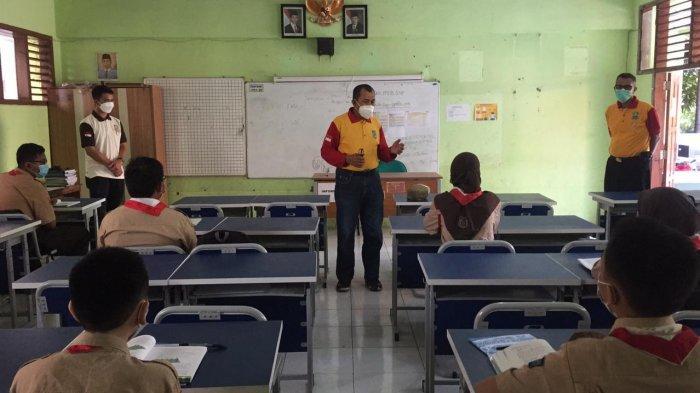 Kepala Dinas Pendidikan Kota Bekasi Inayatulah saat melakukan evaluasi dan monitoring PTM terbatas di sekolah-sekolah.