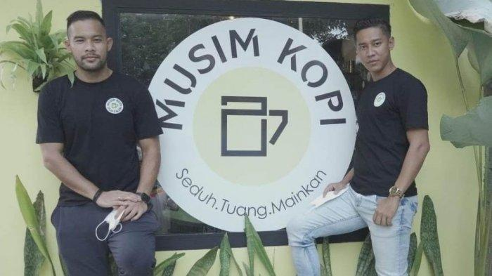 Kapten Bhayangkara Solo FC, Indra Kahfi Ardhiyasa dan kapten Persija Jakarta Andritany Ardhiyasa saat berpose di depan kafe miliknya, Musim Kopi 27 di daerah Jagakarsa, Jakarta Selatan.