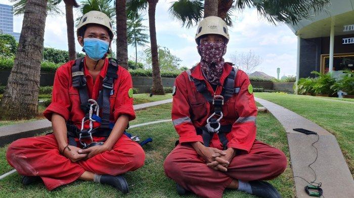 Cerita Pembersih Kaca Gedung Pencakar Langit di Pancoran: Risiko Kerja Siang Bolong, Kulit Gosong