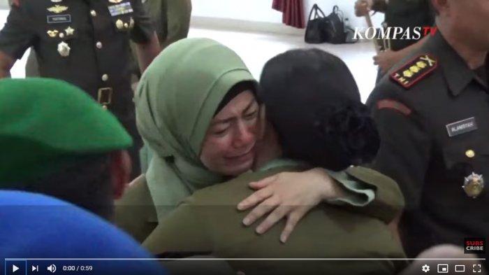 Istri Menangis dan HIdung Memerah, Lihat Ekspresi Kolonel Hendi setelah Sertijab Dandim Kendari