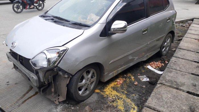 Pecahan Telur Berserakan Usai Tabrakan 2 Mobil di Jalan Siliwangi Pamulang