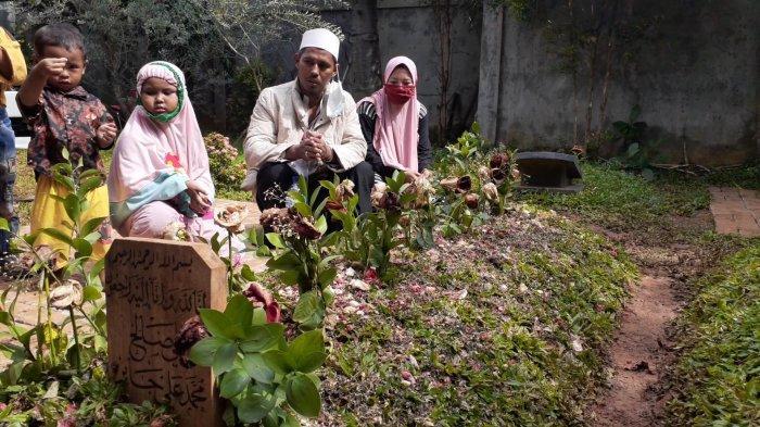 Pengorbanan Ismail Ziarahi Makam Syekh Ali Jaber: Tempuh Puluhan Kilo Bawa Istri & 3 Anak Naik Motor