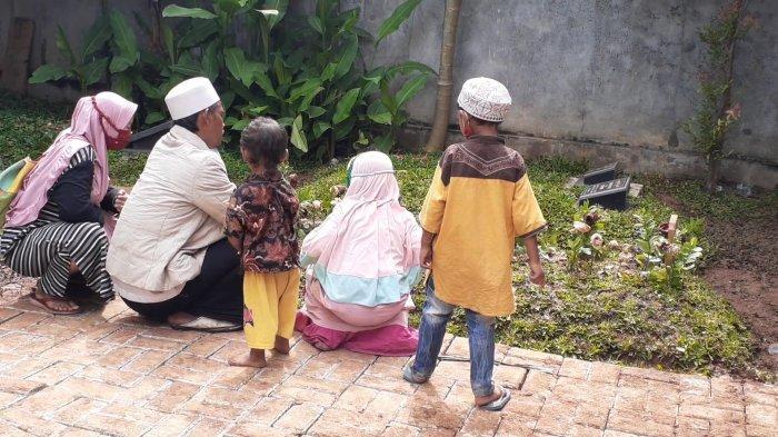 Ismail bersama istri dan tiga anaknya usai berziarah makam Syekh Ali Jaber di Pondok Pesantren Daarul Qur'an, Cipondoh, Tangerang, Selasa (9/2/2021).