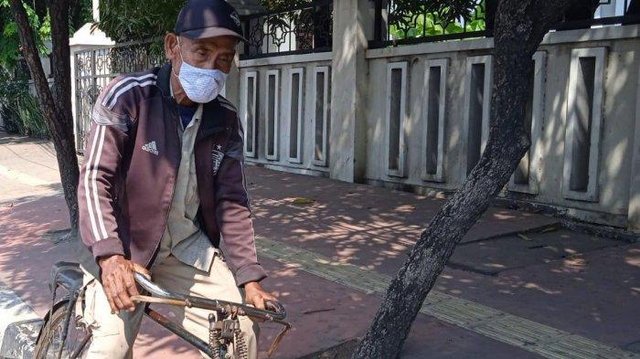 Pohon Rindang & Nasi Kecap: Mamat Si Tukang Ojek Sepeda Ontel Bertahan di Tengah Perkembangan Zaman