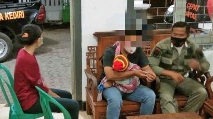 BS suami di Kota Kediri sambil menggendong anaknya yang masih balita menggerebek istrinya yang berselingkuh dengan duda.