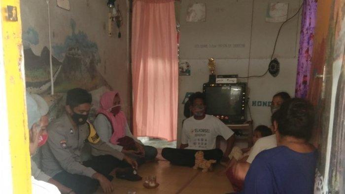 Proses mediasi di rumah keluarga BAK saat, perempuan berinisial N datang meminta pertanggungjawaban si tukang ojek, Senin (23/8/2021).