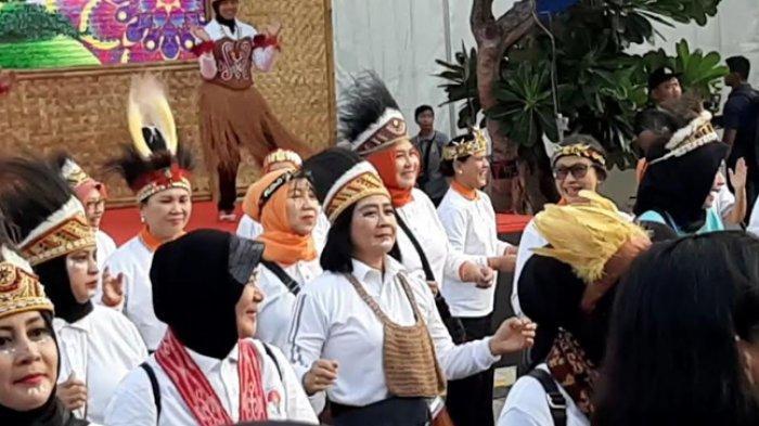 Tersenyum Bergembira, Iriana Jokowi Menari Sajojo di Plaza Timur Senayan