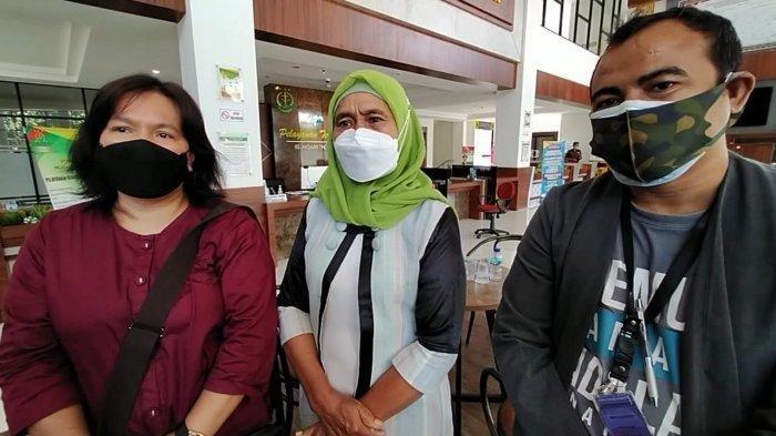 Tiga tim pendamping korban, dari kiri; Selly Sembiring, Endang Susilowati, dan Yan Mangandar memberikan keterangan kepada media, usai menyampaikan laporan ke Kejati NTB, Senin (30/8/2021).