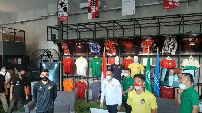 Jack Brown, I Made Kaicen, dan Mochamad Iriawan dalam acara peluncuran jersey ketiga timnas Indonesia.