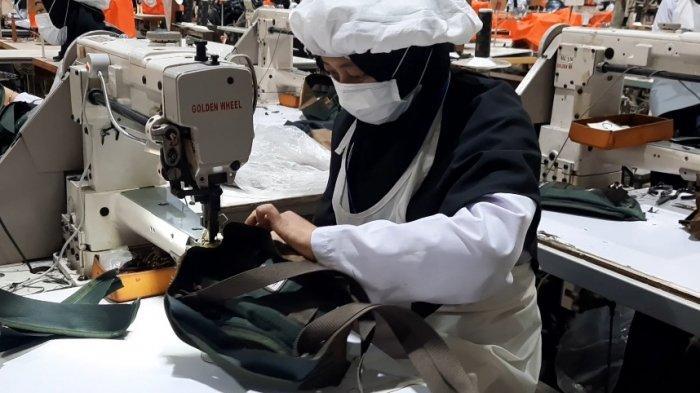 Proses produksi tas Eiger sebelum dipasarkan.