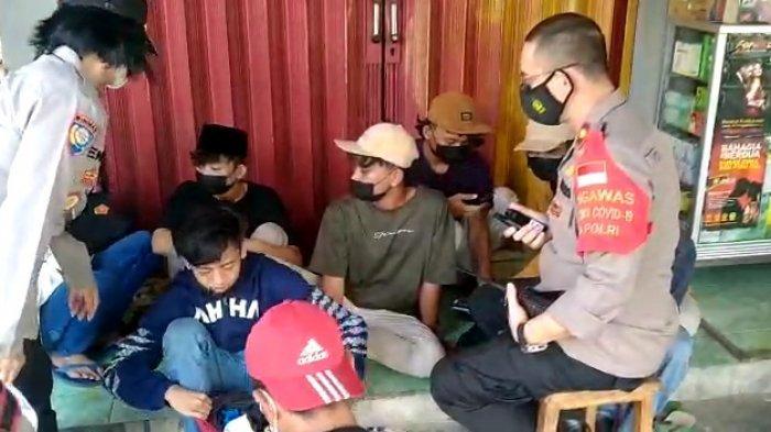 Jajaran Polrestro Jakarta Timur mengamankan tujuh pemuda asal Tangerang, Banten saat hendak menghadiri sidang Rizieq Shihab di PN Jakarta Timur, Kamis (27/5/2021)
