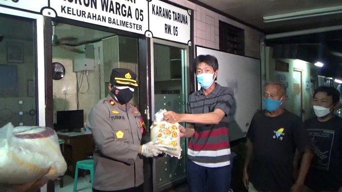 Polisi Bagikan Sembako untuk Warga Bali Mester Jakarta Timur yang Isolasi Mandiri di Rumah
