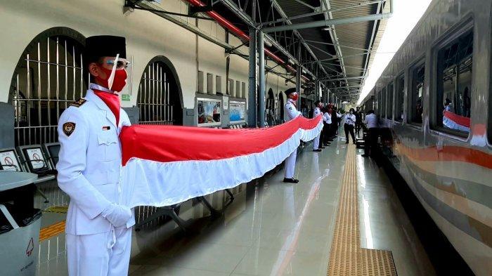 Rayakan HUT ke-75 RI, PT KAI Bentangkan Merah-Putih di Stasiun dan Kereta Api