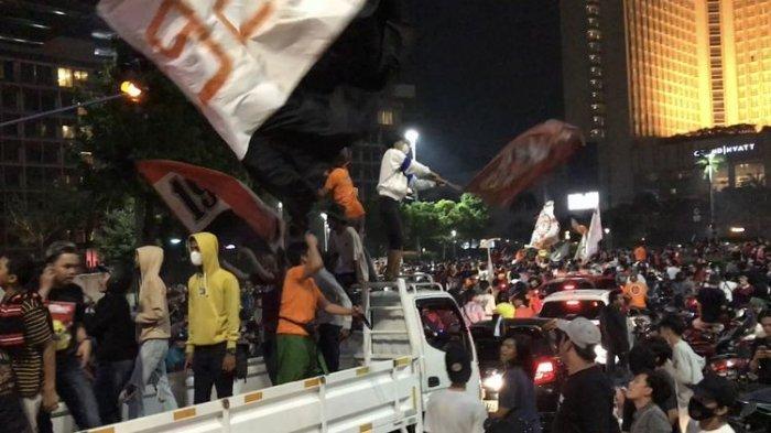 Pada Minggu (25/4/2021) malam, para pendukung klub sepakbola Persija memadati Jalan MH Thamrin ke arah Bundaran Hotel Indonesia untuk merayakan kemenangan Persija di final Piala Menpora 2021.