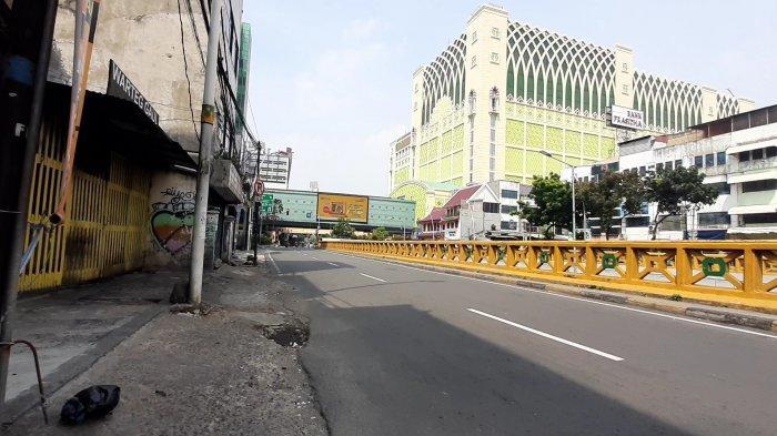 Arus lalu lintas di jalanan kawasan Jakarta Pusat sangat lengang pada Hari Raya Idulfitri 1442 Hijriah, Kamis (13/5/2021).