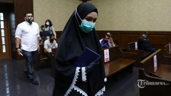 Terdakwa kasus suap dan gratifikasi pengurusan fatwa Mahkamah Agung (MA) Djoko Tjandra, Pinangki Sirna Malasari, bersiap menjalani sidang lanjutan di Pengadilan Tindak Pidana Korupsi Jakarta, Rabu (25/11/2020). Sidang tersebut beragendakan pemeriksaan saksi dari pihak Jaksa Penuntut Umum (JPU) yakni mantan Pengacara Djoko Tjandra, Anita Kolopaking dan Andi Irfan Jaya.