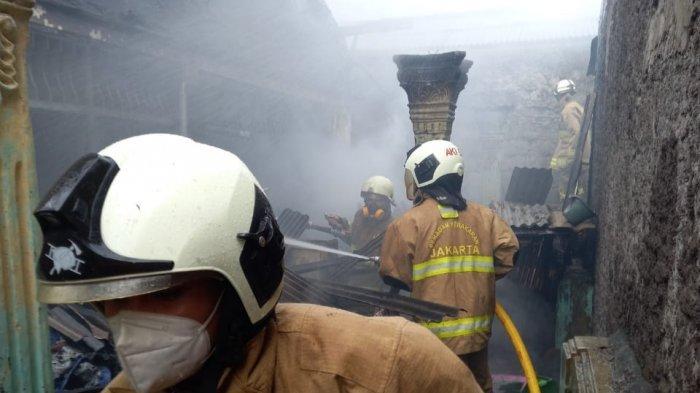 Diduga Akibat Bakar Sampah, Satu Rumah di Pulogebang Dilalap Api