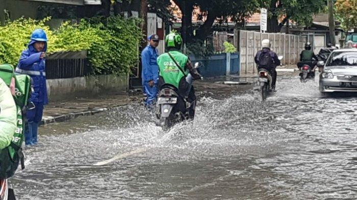 Jalan Bojana Tirta Raya Pulogadung Masih Terendam Banjir Setinggi Sekitar 20 Cm