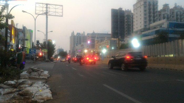 Arus lalu lintas di Jalan Boulevard Barat Raya Kelapa Gading Sore Ini Lancar
