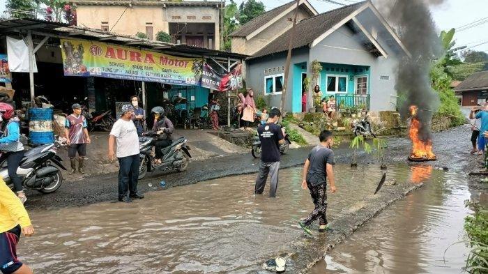 Bertahun-tahun Tak Diperbaiki, Warga di Ciapus Kabupaten Bogor Tebar Ikan Lele di Jalan yang Rusak