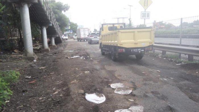 Jalan Kali Perancis di Kota Tangerang yang rusak parah karena truk bertonase berat yang melintas menuju kawasan Dadap, Kabupaten Tangerang, Minggu (8/3/2020).