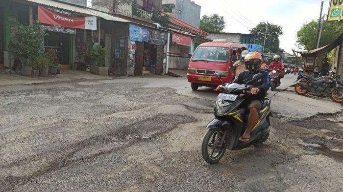 Banyak Lubang dan Kerusakan di Jalan Kapuk Kamal, Pemotor: Bikin Shock Breaker Rusak