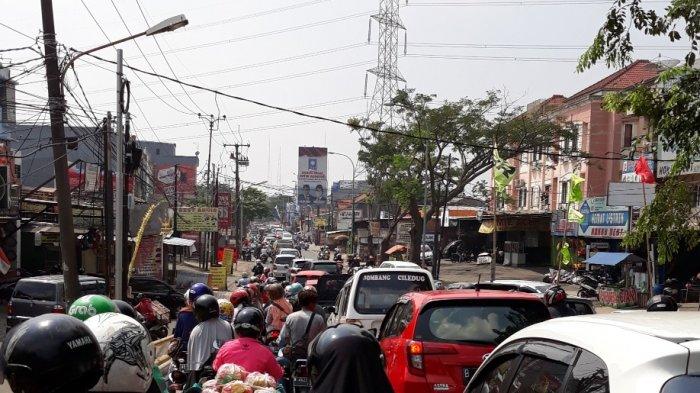 Jalan KH Hasyim Ashari depan Ciledug 1, Tangerang, Banten.