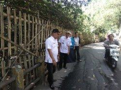 Rawan Longsor, Jalan Kramat Oyar Setu Hanya Diberikan Pembatas Bambu