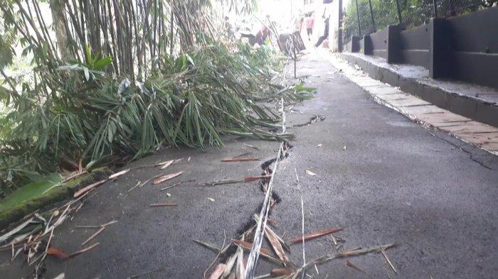 Jalan di Cirendeu Retak 100 Meter, Warga Khawatir Terjadi Longsor Besar