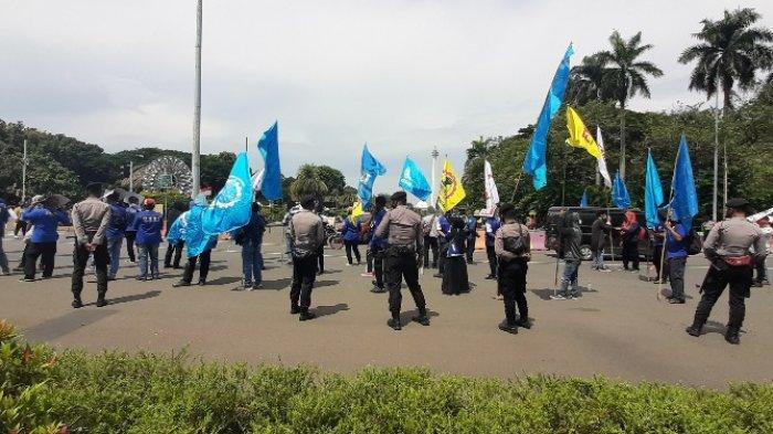 Jalan Medan Merdeka Barat, Jakarta Pusat, ditutup sementara lantaran ada demo buruh, pada pukul 13.20 WIB, Senin (16/11/2020).