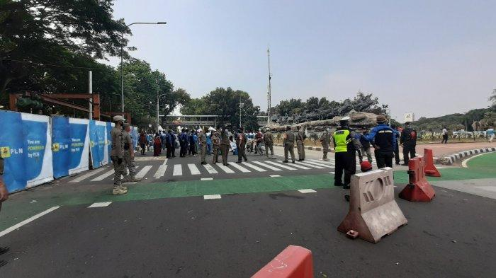 Jalan Medan Merdeka Barat, Jakarta Pusat, ditutup sementara lantaran ada demo buruh, pada pukul 14.00 WIB, Selasa (17/11/2020).