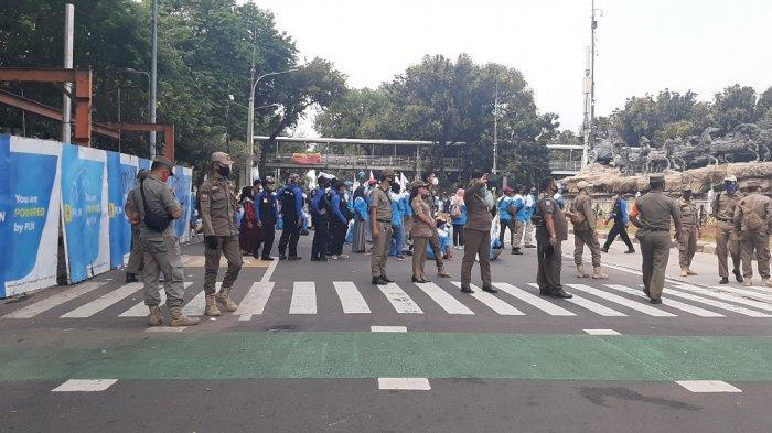 Demo Tolak UU Cipta Kerja di Dekat Kantor Jokowi, Jalan Medan Merdeka Barat Ditutup