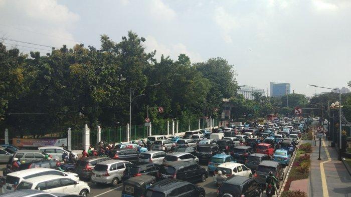 Efek Penutupan Sejumlah Ruas, Jalan Medan Merdeka Timur depan Stasiun Gambir Macet Parah