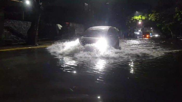 PHB Kali Haji Ten Meluap, Jalan Pulomas Raya Terendam Banjir 50 Sentimeter