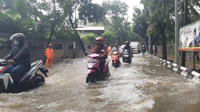 Pagi Ini, Jalan Pusdiklat Depnaker Terendam Banjir 30 Cm, Pengendara Diimbau Putar Arah