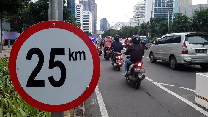 Sejumlah pengendara sepeda motor melintasi jalur sepeda permanen, di Jalan Sudirman, Jakarta Pusat, Senin (1/3/2021).