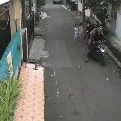 VIRAL Bocah Perempuan di Kebayoran Baru Jadi Korban Jambret Ponsel, Pelaku Terekam CCTV