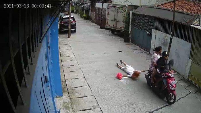 Terekam CCTV, Aksi Jambret di Taman Sari Jakbar Buat Wanita Paruh Baya Jatuh Tersungkur