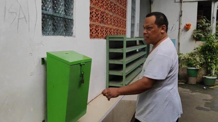 Pengurus Masjid Nuurul Hidayah, Jamiri saat menunjukkan kotak amal yang di only pelaku di Ciracas, Jakarta Timur, Sabtu (20/3/2021).