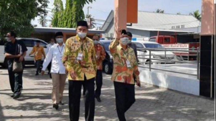 Pasangan calon Bupati Sumbawa dan Wakilnya; Ir. H. Syarafuddin Jarot MP (kiri) dan Ir. H. Mokhlis. M.Si (kanan) saat menyapa warga di Sumbawa.