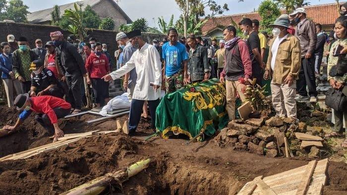 Prosesi pemakaman Tuti (55) dan Amalia (23) di Tempat Pemakaman Umum (TPU) Istuning, Desa Jalan Cagak, Kecamatan Jalan Cagak, Kabupaten Subang, Jawa Barat, Kamis (19/8/2021).