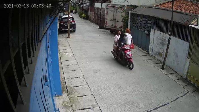 Kamera CCTV berhasil merekam aksi jambret di Jalan Harum, Kecamatan Taman Sari, Jakarta Barat, Sabtu (13/3/2021).