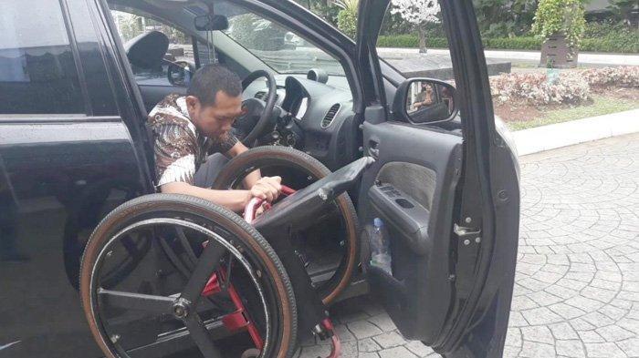 Kisah Jay, Penyandang Disabilitas Bongkar Pasang Kursi Roda Demi Kendarai Kendaraan Sendiri