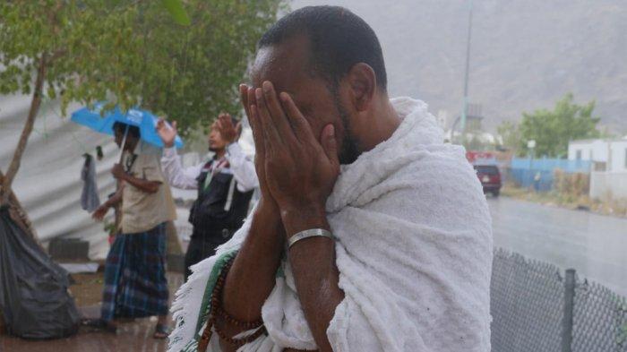 Hujan Deras Guyur Arafah saat Wukuf Puncak Haji, Jemaah Panjatkan Doa