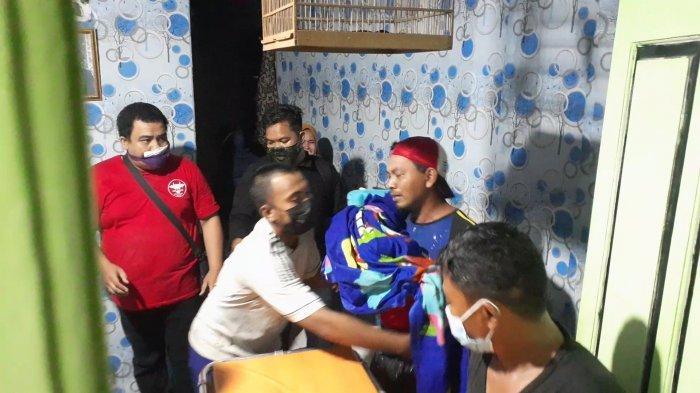 Isak Tangis Pecah, Ayah Peluk Jenazah Anak 10 Tahun yang Tewas Usai Hanyut di Got Arus Deras Ciputat