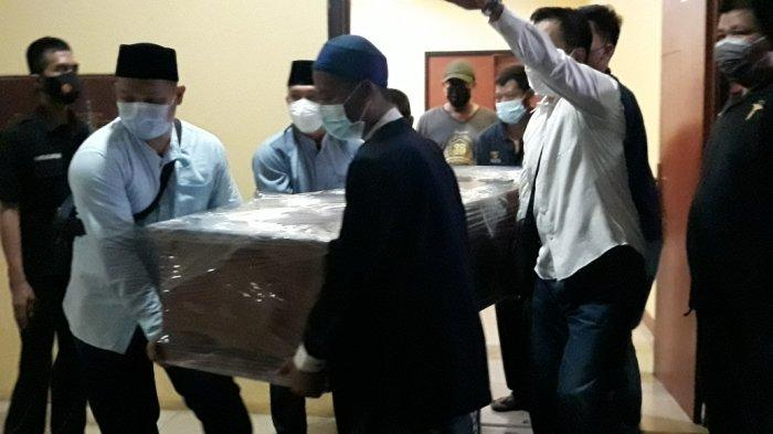 Selesai Disalatkan, Jenazah Artidjo Alkostar Dibawa dari RS Polri Kramat Jati