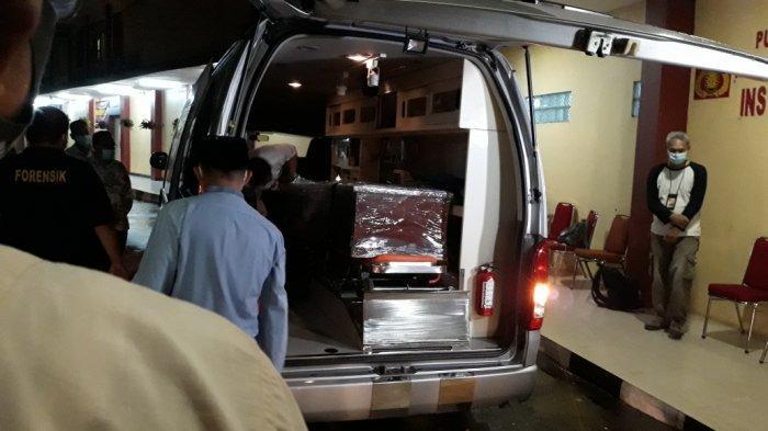 Peti jenazah anggota Dewas KPK Artidjo Alkostar di RS Polri Kramat Jati, Jakarta Timur, Minggu (28/2/2021).